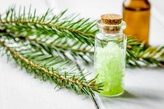 Μπουκάλια των κλάδων ουσιαστικού πετρελαίου και έλατου για aromatherapy και το s Στοκ φωτογραφία με δικαίωμα ελεύθερης χρήσης
