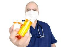 Μπουκάλια χαπιών εκμετάλλευσης γιατρών στοκ φωτογραφίες