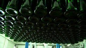 Μπουκάλια CHAMPAGNE στη ζώνη μεταφορέων εργοστασίων φιλμ μικρού μήκους