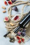 Μπουκάλι, ανοιχτήρι, ποτήρι του κόκκινου κρασιού, σύκα σε έναν πίνακα Στοκ φωτογραφία με δικαίωμα ελεύθερης χρήσης