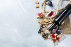 Μπουκάλι, ανοιχτήρι, ποτήρι του κόκκινου κρασιού, σύκα σε έναν πίνακα Στοκ φωτογραφίες με δικαίωμα ελεύθερης χρήσης