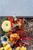Μπουκάλι αρώματος πολυτέλειας με τα λουλούδια στο κιβώτιο δώρων Αρωματοποιία, καλλυντικά, συλλογή αρώματος Τοπ όψη Στοκ Εικόνες