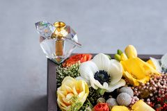 Μπουκάλι αρώματος πολυτέλειας με τα λουλούδια στο κιβώτιο δώρων Αρωματοποιία, καλλυντικά, συλλογή αρώματος Ελεύθερου χώρου για το Στοκ Εικόνα