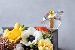 Μπουκάλι αρώματος πολυτέλειας με τα λουλούδια στο κιβώτιο δώρων Αρωματοποιία, καλλυντικά, συλλογή αρώματος Ελεύθερου χώρου για το Στοκ φωτογραφίες με δικαίωμα ελεύθερης χρήσης