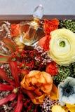 Μπουκάλι αρώματος πολυτέλειας με τα λουλούδια στο κιβώτιο δώρων Αρωματοποιία, καλλυντικά, συλλογή αρώματος Τοπ όψη Στοκ εικόνα με δικαίωμα ελεύθερης χρήσης
