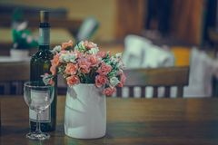 Μπουκάλι, γυαλί και λουλούδια κρασιού στο βάζο διανυσματική απεικόνιση
