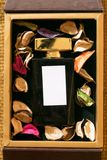 Μπουκάλι γυαλιού αρώματος μέσα στο χρυσό κιβώτιο δώρων στοκ φωτογραφία