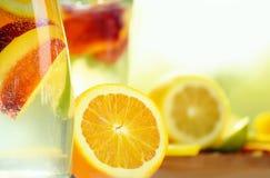 Μπουκάλι γυαλιού με ένα ποτό φρούτων στοκ φωτογραφίες με δικαίωμα ελεύθερης χρήσης