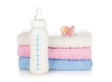 Μπουκάλι, ειρηνιστής και πετσέτες μωρών στοκ φωτογραφίες με δικαίωμα ελεύθερης χρήσης