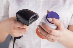 Μπουκάλι ιατρικής ανίχνευσης φαρμακοποιών με τον ανιχνευτή γραμμωτών κωδίκων στο φαρμακείο στοκ φωτογραφίες με δικαίωμα ελεύθερης χρήσης
