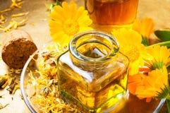 Μπουκάλι ιατρικής και calendula χορταριών Στοκ εικόνα με δικαίωμα ελεύθερης χρήσης