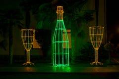 Μπουκάλι και ένα γυαλί ως διακόσμηση στο πάρκο στοκ εικόνες