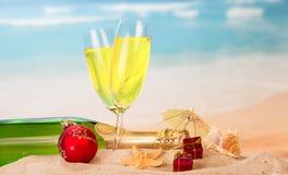Μπουκάλι και δύο ποτήρια της σαμπάνιας, της σφαίρας Χριστουγέννων και των δώρων, u Στοκ φωτογραφία με δικαίωμα ελεύθερης χρήσης