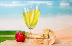 Μπουκάλι και δύο ποτήρια της σαμπάνιας, σφαίρα Χριστουγέννων, ομπρέλα, s Στοκ εικόνες με δικαίωμα ελεύθερης χρήσης