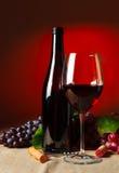 Μπουκάλι και ποτήρι του κόκκινου κρασιού Στοκ φωτογραφίες με δικαίωμα ελεύθερης χρήσης