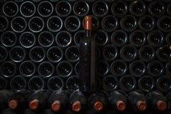 Μπουκάλι κρασιού σε ένα κελάρι κρασιού στοκ εικόνες