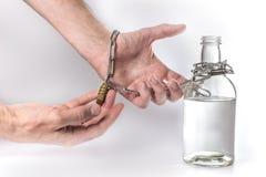 Μπουκάλι με την αλυσίδα οινοπνεύματος και σιδήρου στοκ φωτογραφία με δικαίωμα ελεύθερης χρήσης