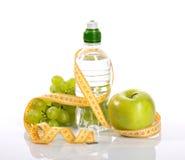 Μπουκάλι με το aqua, τα σταφύλια μήλων, και το μέτρο Στοκ Εικόνες