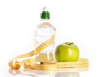 Μπουκάλι με το aqua, το μήλο και το μέτρο Στοκ Εικόνες