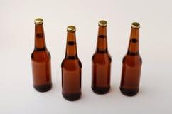 Μπουκάλι μπύρας στο άσπρο υπόβαθρο Κρύα και φρέσκια έννοια μπύρας Στοκ Εικόνες