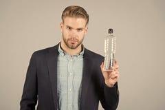 Μπουκάλι νερό λαβής ατόμων, δίψα, υγεία στοκ εικόνα με δικαίωμα ελεύθερης χρήσης