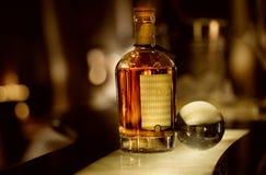 Μπουκάλι ουίσκυ σε έναν φραγμό Στοκ εικόνες με δικαίωμα ελεύθερης χρήσης