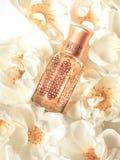 Μπουκάλι πετρελαίου τριαντάφυλλων Παραδοσιακό αραβικό θυμίαμα Εκλεκτής ποιότητας τονισμός στοκ εικόνες με δικαίωμα ελεύθερης χρήσης