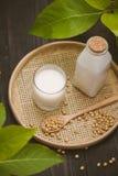 Μπουκάλι του γάλακτος και της σόγιας σόγιας στον ξύλινο πίνακα Στοκ φωτογραφίες με δικαίωμα ελεύθερης χρήσης