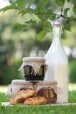 Μπουκάλι του γάλακτος, μαρμελάδα και croissants Στοκ εικόνες με δικαίωμα ελεύθερης χρήσης