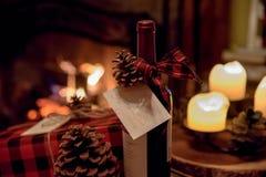 μπουκάλι του κρασιού και του χριστουγεννιάτικου δώρου στοκ εικόνες