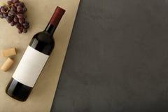 Μπουκάλι του κόκκινου κρασιού με την ετικέτα στοκ φωτογραφία με δικαίωμα ελεύθερης χρήσης
