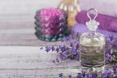 Μπουκάλι του ουσιαστικού πετρελαίου και των φρέσκων lavender λουλουδιών Στοκ εικόνα με δικαίωμα ελεύθερης χρήσης