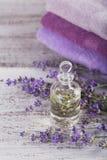 Μπουκάλι του ουσιαστικού πετρελαίου και των φρέσκων lavender λουλουδιών Στοκ Φωτογραφία