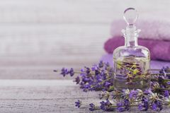 Μπουκάλι του ουσιαστικού πετρελαίου και των φρέσκων lavender λουλουδιών Στοκ φωτογραφία με δικαίωμα ελεύθερης χρήσης