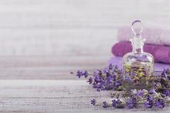 Μπουκάλι του ουσιαστικού πετρελαίου και των φρέσκων lavender λουλουδιών Στοκ Εικόνες