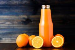 Μπουκάλι του χυμού από πορτοκάλι στοκ φωτογραφία