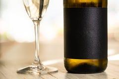 Μπουκάλι CHAMPAGNE και γυαλί σαμπάνιας στοκ εικόνες