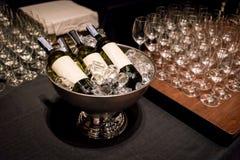 Μπουκάλια λαμπιρίζοντας κρασιού στον κάδο πάγου στον ξύλινο πίνακα στοκ φωτογραφία
