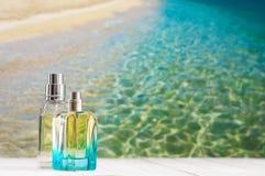 Μπουκάλια αρώματος ενάντια στη θάλασσα Στοκ φωτογραφία με δικαίωμα ελεύθερης χρήσης