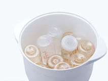 Μπουκάλια γάλακτος στο στεγνωτήρα αποστειρωτή ατμού Στοκ εικόνα με δικαίωμα ελεύθερης χρήσης