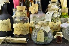 Μπουκάλια γυαλιού με τις αυτοκόλλητες ετικέττες και τον κύλινδρο εγγράφου Στοκ Φωτογραφίες