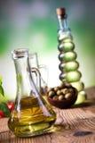Μπουκάλια ελαιολάδου, μεσογειακό αγροτικό θέμα Στοκ εικόνες με δικαίωμα ελεύθερης χρήσης