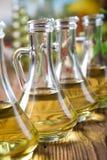 Μπουκάλια ελαιολάδου, μεσογειακό αγροτικό θέμα Στοκ Εικόνες