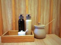 Μπουκάλια και βάζο των ιαπωνικών καρυκευμάτων στο ξύλινο υπόβαθρο Στοκ Φωτογραφία