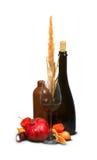 Μπουκάλια και γυαλί με το ζιζάνιο Στοκ εικόνα με δικαίωμα ελεύθερης χρήσης