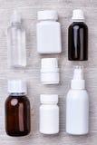 Μπουκάλια και εμπορευματοκιβώτια για τα φάρμακα Στοκ εικόνες με δικαίωμα ελεύθερης χρήσης