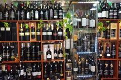 Μπουκάλια κρασιού λιμένων στο κατάστημα κρασιού στοκ εικόνες