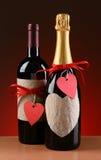 Μπουκάλια κρασιού και CHAMPAGNE που διακοσμούνται των βαλεντίνων Στοκ Φωτογραφίες
