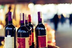 Μπουκάλια κρασιού που τοποθετούνται να εξισώσει καταστημάτων Στοκ Εικόνες