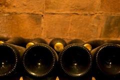 Μπουκάλια κρασιού στο κελάρι κρασιού Στοκ Εικόνες